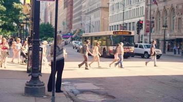 Mujer tomando un taxi en las calles de Chicago
