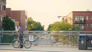 corredores y ciclistas en puente peatonal elevado
