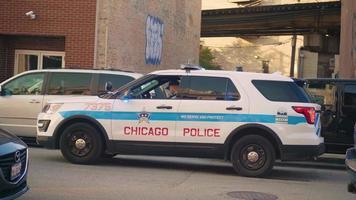 Oficial de Chicago en la camioneta de la policía estacionada en la calle