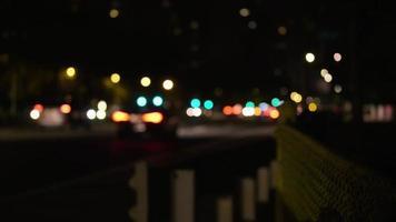 coup de nuit des feux de voiture avec confinement de l'autoroute au premier plan