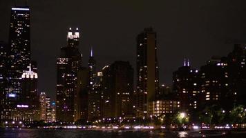 Toma nocturna del horizonte de la ciudad de Chicago y las luces del coche rápido en movimiento