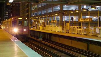 foto noturna do trem chegando na estação video
