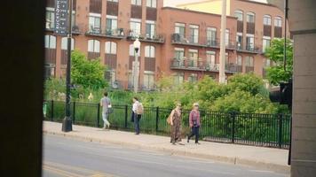 pessoas andando na calçada perto do parque