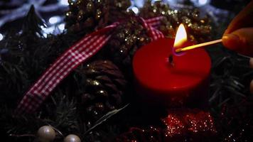 mulher acendendo uma vela vermelha de natal video