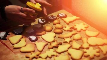 colocando adornos en galletas navideñas recién horneadas