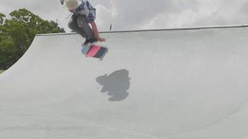 jovem patinando em uma rampa e caindo em uma pista de skate video