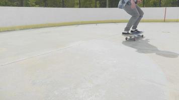 joven haciendo un truco de skate sobre dos ruedas y fallando