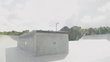 foto de viagem mostrando um corrimão e uma caixa de funil em uma pista de skate video