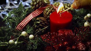 cnadle rojo y decoración navideña
