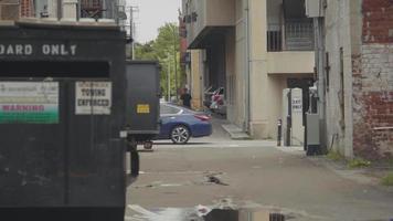 homem patinando pelos becos da Geórgia video