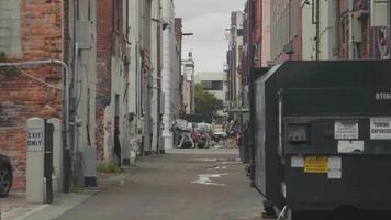 clipe de mão em becos da Geórgia com carruagem no fundo video