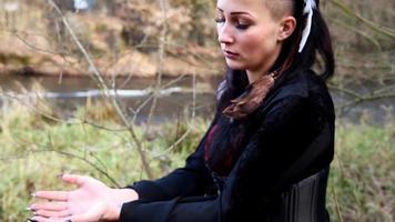 mulher viking conjura objeto imaginário com as mãos video