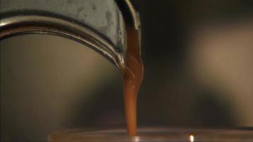 vertiendo café en un vaso
