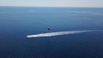 drone sigue al bote en paracaídas 2. 4k video