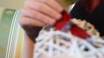 Valentinstag Geschenk. junges Mädchen, das weißes hölzernes Herz mit Rosenblättern hält video