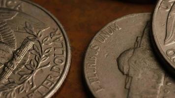 Imágenes de archivo giratorias tomadas de monedas monetarias estadounidenses - dinero 0267 video