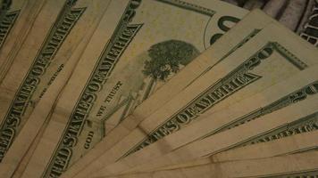 Imágenes de archivo giratorias tomadas de papel moneda estadounidense sobre un fondo de escudo de águila americana - dinero 0403 video
