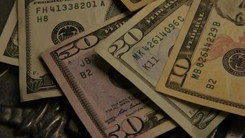 Imágenes de archivo giratorias tomadas de papel moneda estadounidense sobre un fondo de escudo de águila americana - dinero 0409 video