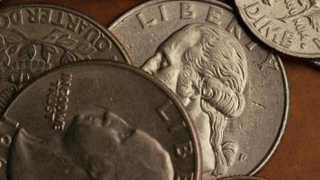 Imágenes de archivo giratorias tomadas de monedas monetarias americanas - dinero 0254 video