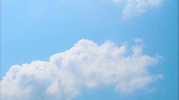 movimiento de la nube en el cielo azul de fondo de lapso de tiempo