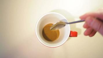 visão de baixo da preparação do chá em uma caneca