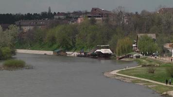 orilla del río
