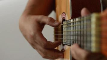 tocar la guitarra video
