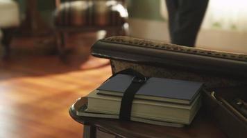 libro golpeado en la mesa