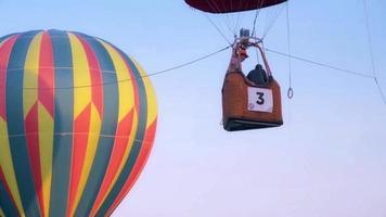 balão e cesta de balão de ar quente