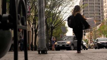 garota em uma cidade grande