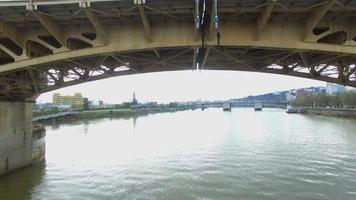 drone volando bajo un puente
