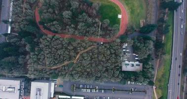 vista aérea do campo de corrida da sede da nike na chuva video