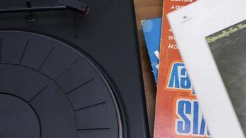 jugando disco de vinilo viejo