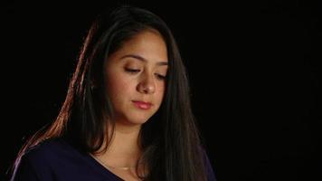 Chica de cabello oscuro pensativo mirar a la cámara 1 video