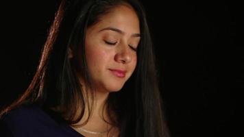 chica de cabello oscuro sonriendo a la cámara 1