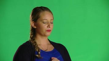 mujer rubia llorando clip de estudio