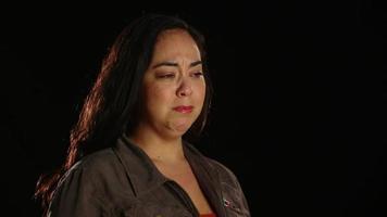 joven hispana llorando 1 video