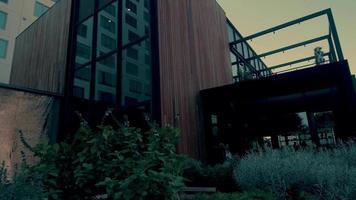 Toma panorámica horizontal del restaurante moderno en Los Ángeles en 4k