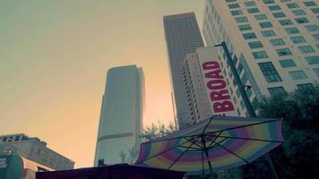 panorâmica de edifícios perto da ampla galeria de arte em los angeles em 4k