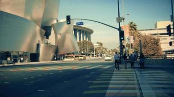 Schwenkschuss nach links von einem Zebrastreifen zur Fassade des Walt Disney Konzertsaals in Los Angeles in 4 km.