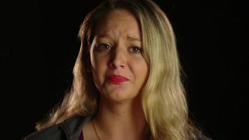 mujer llorando y viendo a la camara