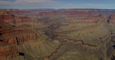 colpo panoramico lento andando a sinistra del canyon rosso in 4K