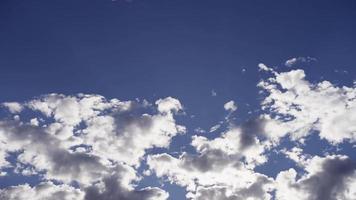 Lapso de tiempo de nubes altocúmulos claras y brillantes moviéndose en el cielo azul con rayos de sol en 4k