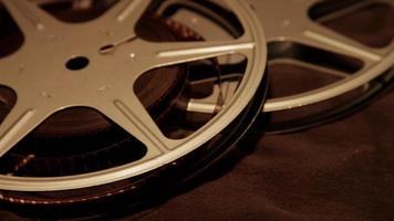 Anordnung von zwei 8mm Filmrollen mit einem Stoff, der sich in 4k dreht video
