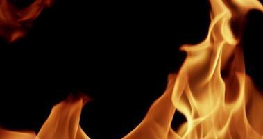 Extremo cerca de las llamas de fuego con movimiento aleatorio en cámara lenta 4k
