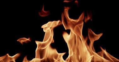 clipe de explosão de fogo piscando em fundo escuro para tópicos de ignição em câmera lenta 4k