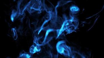 fumaça azul sobre preto