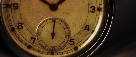 close up de meio relógio de bolso mostrando o ponteiro dos segundos movendo-se em um minuto em 4k