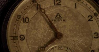 close-up extremo dos ponteiros do relógio movendo-se das 7h50 às 8h35 em um lapso de tempo 4k video