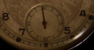 Primer plano extremo de la manecilla del reloj de segundos que se mueve sesenta segundos en un lapso de tiempo de 4k video